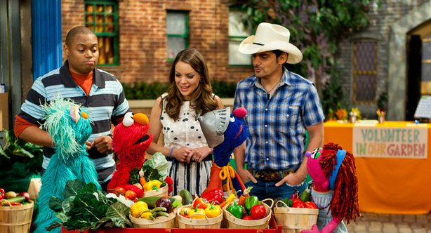 "Brad Paisley, Kimberly Williams Paisley, Chris, and the Sesame Street Muppets discuss the many ways you can deal and help others deal with the widespread issue of food insecurity as part of Sesame Street's primetime television special entitled ""Growing Hope Against Hunger."" © 2011 Sesame Workshop."