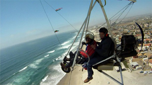 Host Jorge Meraz gets a bird's eye view of Rosarito in this Ultralight flight.