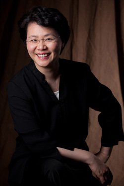 Image of conductor, Mei-Ann Chen. Photo credit Rosalie O'Connor.