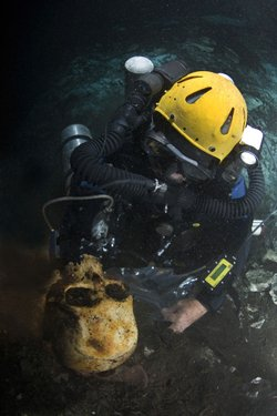 Science diver Brian Kakuk surveys discovered Lucayan skull.