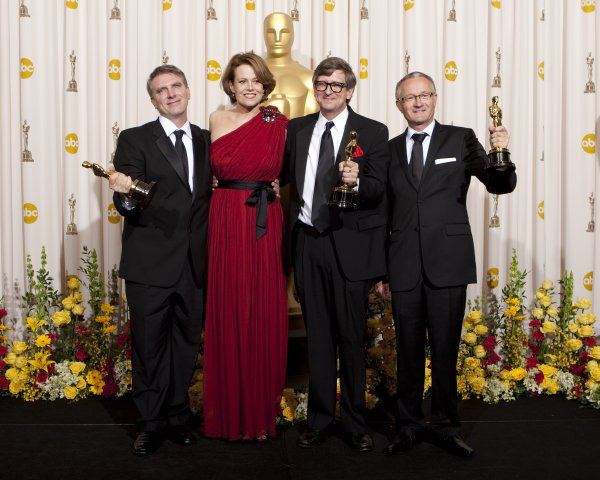 "Sigourney Weaver with ""Avatar"" art direction winners."