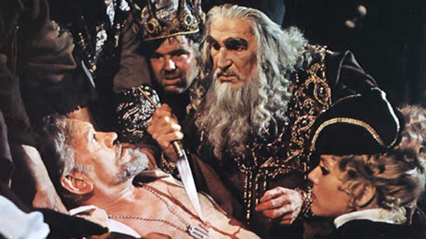 Vincent Price plays a Shakespearean actor who exacts revenge on critics in &quot;Theater of Blood.&quot;