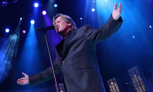 Host Peter Noone of Herman's Hermits