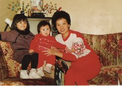 Zhou (middle), with her sister and mother.