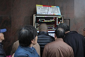 Sidewalk Touts Trade Tips on Shanghai's Booming Bull Market