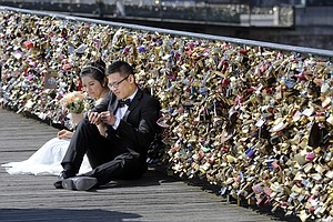 No Love Lost In Paris As 'Love Locks' To Be Cut From Bridge