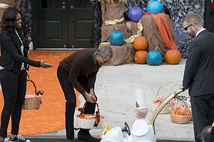 Obamas Welcome Trick-Or-Treaters, Dance To 'Thriller'