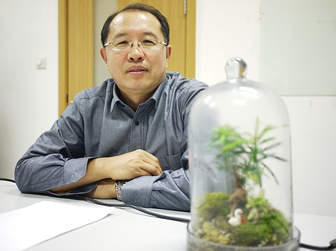 Renmin University Professor of Environmental Economy and Management Song Guojun says China could sharply cut its emissions from garbage incineration by asking people to sort their garbage.