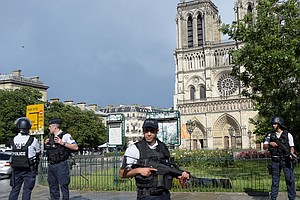 Paris Police Shoot, Wound Hammer-Wielding Assailant Outside Notre Dame
