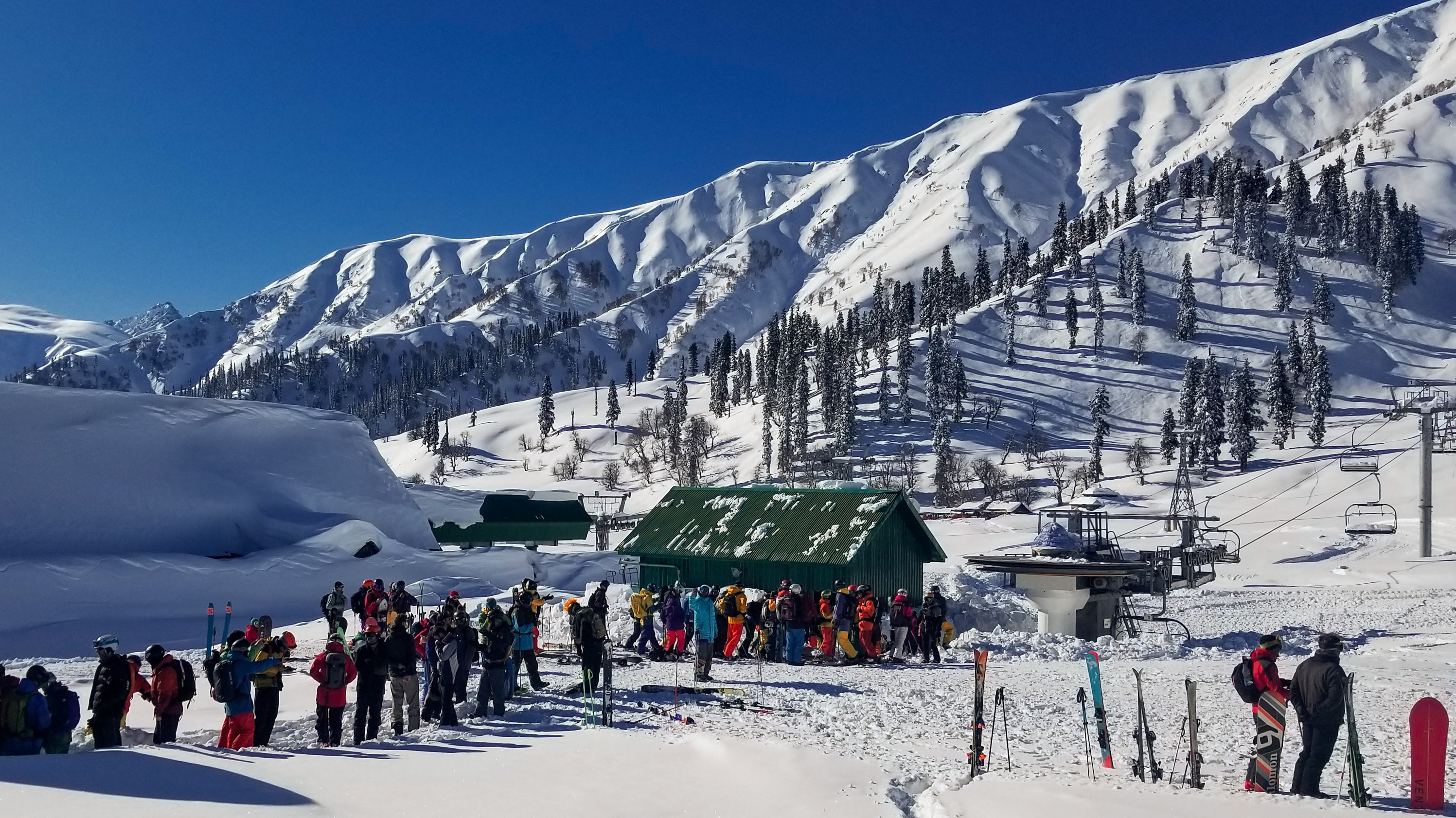 Surrounded By Military Barracks Skiers Shred The Himalayan Slopes Of Indian Kashmir Kpbs