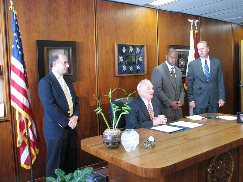 Mayor Jerry Sanders prepares to sign San Diego's budget as San Diego COO Jay ...
