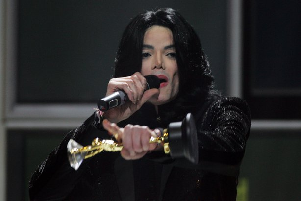 Singer Michael Jackson recieves the Diamond Award on stage during the 2006 World Music Awards at Earls Court on November 15, 2006 in London.