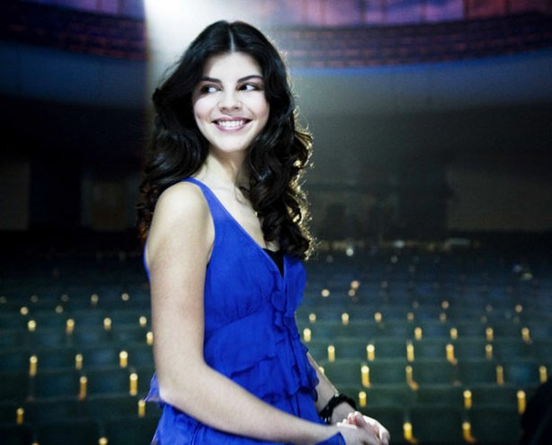 Sixteen-year-old Canadian singer Nikki Yanofsky presents her unique blend of jazz, classic pop and original songs in this special shot at Montreal's Mercure Theatre.