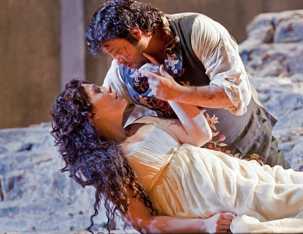 "Marcelo Álvarez as Manrico and Sondra Radvanovsky as Leonora in ""Il Trovatore."""