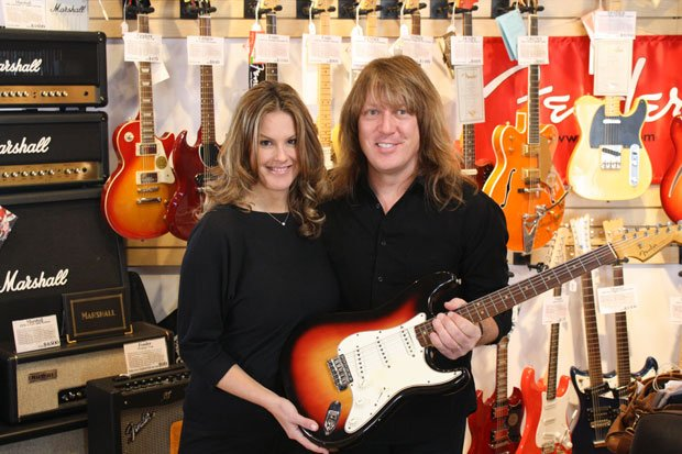 Guitar expert Andy Babiuk helps Elyse Luray determine whether this guitar is ...