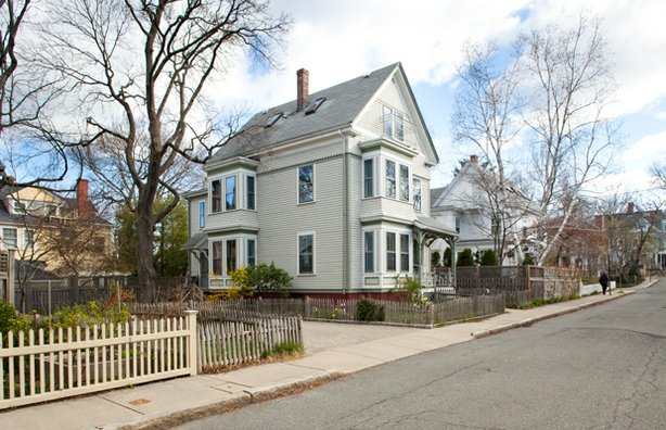 The Cambridge project sits in the densely packed urban neighborhood of Avon Hill. Homeowners Sally and John, along with their two young daughters, must preserve the exterior of their 1887 Victorian-era former two-family house to comply with conservation district standards.