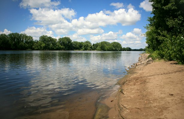 The Mississippi River in the upper reaches of the park has gentle shores. From here it flows into the only gorge on the Mississippi River.