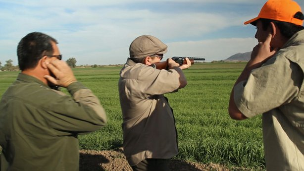 Host Jorge Meraz learns to shoot a shotgun, and goes hunting in the farm country to the south of Mexicali.