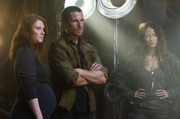 Bryce Dallas Howard and Moon Bloodgood flank Christian Bale in Terminator Salvation