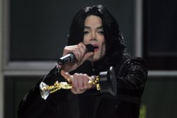 Singer Michael Jackson recieves the Diamond Award on stage during the 2006 Wo...