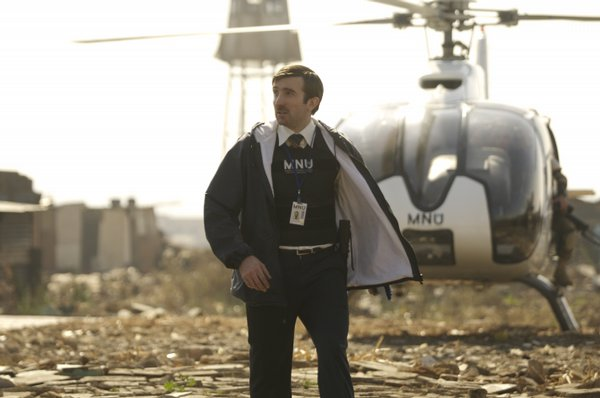"Sharlto Copley tries to move one million aliens in ""District 9"""
