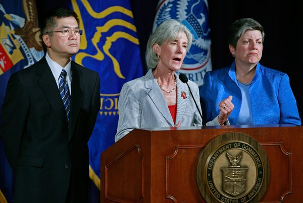 Commerce Secretary Gary Locke (L), HHS Secretary Kathleen Sebelius (C) and Homeland Security Secretary Janet Napolitano (R) participate in a news conference on the H1N1 influenza, at the department of Commerce August 19, 2009 in Washington, DC.