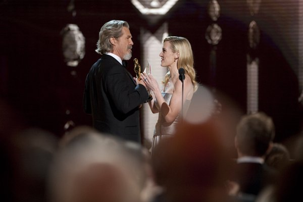 "Kate Winslet presents the Best Actor Oscar to Jeff Bridges for ""Crazy Heart"""