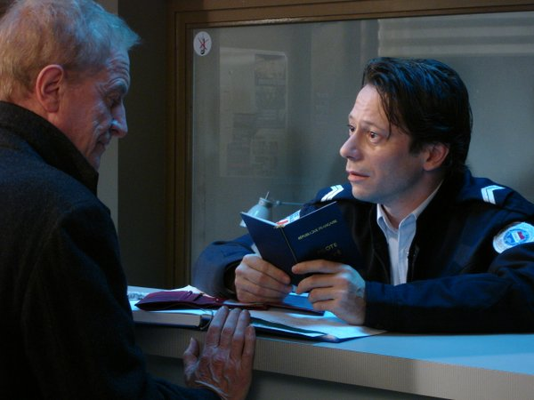 "Georges Palet (André Dussollier) bring the found wallet to the police (Mathieu Amalric) in ""Wild Grass"""