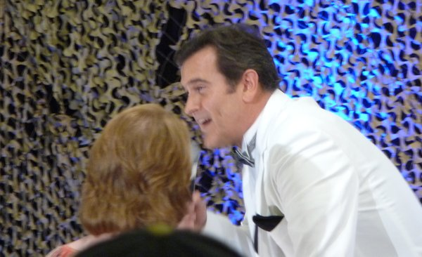 A woman had the chance to touch Bruce Campbell's scar.