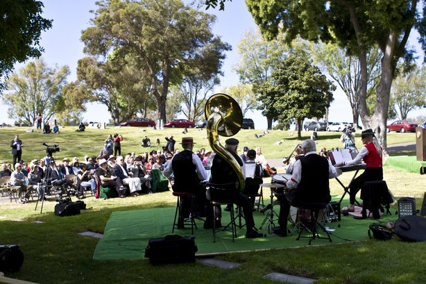 Around 75 friend and fans gathered at Mount Hope Cemetery for the ceremony. A dixieland jazz band performed.