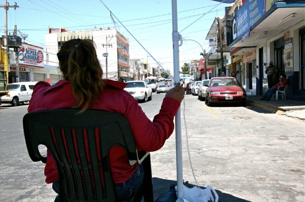 A money changer waits for customers in <strong>El Mercadito</strong> - the Li...