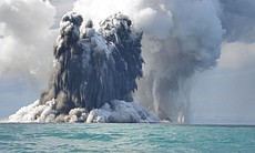 Eruption of the underwater volcano Hunga-Tonga ...