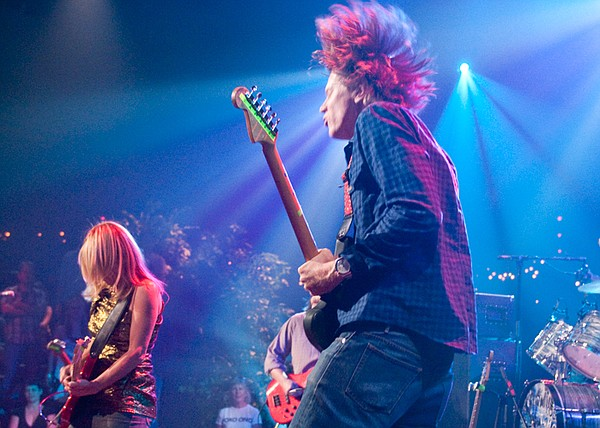 Sonic Youth showcases the avant-garde rock of its latest ...