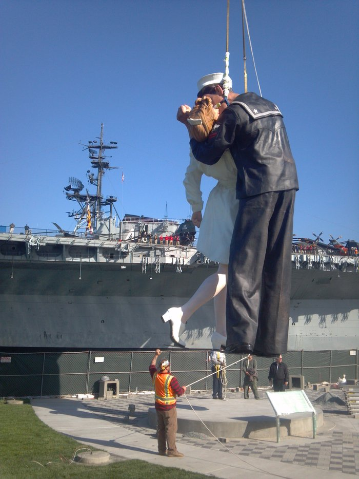 VJ Day kissing couple replaces extracted tooth statue in