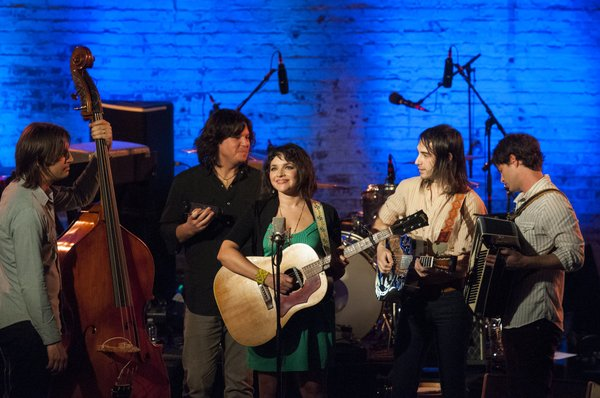 Left to Right: Josh Lattanzi, Greg Wieczorek, Norah Jones, Jason Roberts and ...