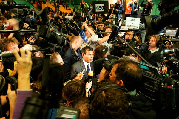 President Mohamed Nasheed is mobbed by the press following his speech at the ...