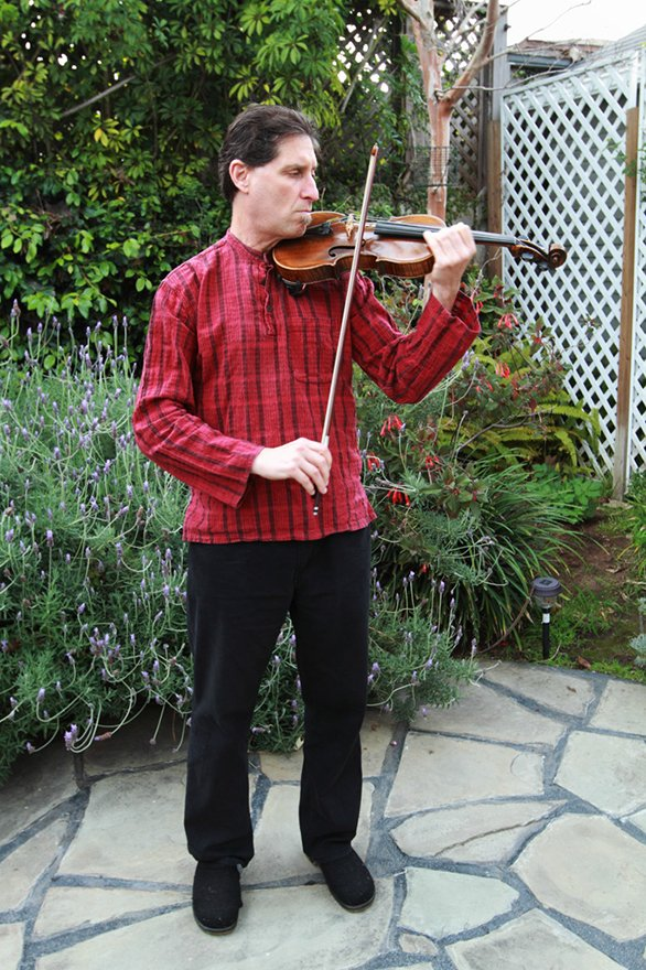 Yale Strom plays a klezmer tune on his violin.