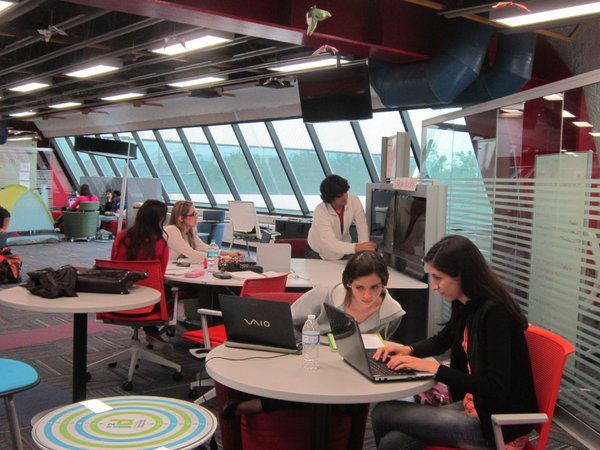 Mexican universities, like the Tec de Monterrey, encourage students from different majors to interact and generate ideas for future projects.