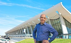 Host Geoffrey Baer at Dulles Airport, in front of the terminal designed by Eero Saarinen.