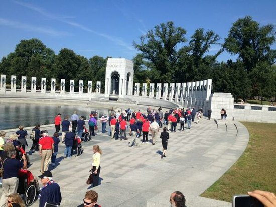 """WWII veterans """"occupy"""" WWII Memorial in Washington D.C. during government shutdown"""