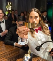 Jared Leto getting his Oscar propperly engraved.