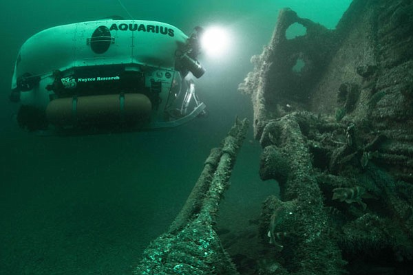 The submarine Aquarius approaches the shipwreck HMS Lawford.