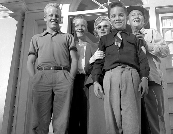 Bing crosby with his first wife dixie lee and three of their four