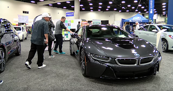 San Diego International Auto Show attendees check out a c...