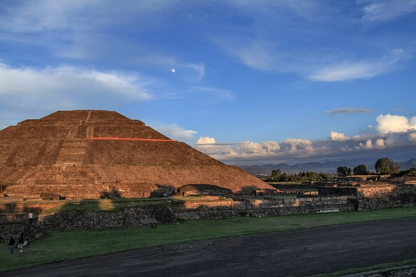 The Pyramid of the Sun in Teotihuacán stands at over 210 ...