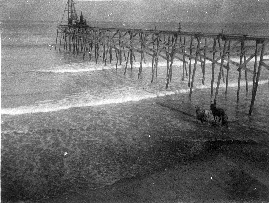 Construction of the Scripps Pier, 1915.
