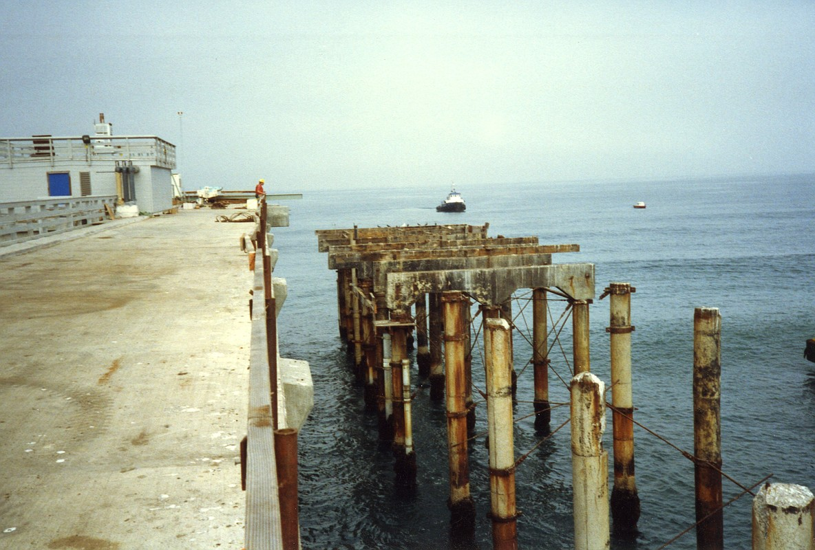 The old Scripps Pier dismantled, right, as the new pier takes shape, 1988. (Photo by Scripps Institution of Oceanography / UC San Diego)