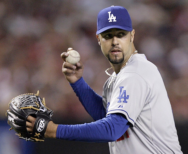 Los Angeles Dodgers pitcher Esteban Loaiza throws to first after fielding a b...