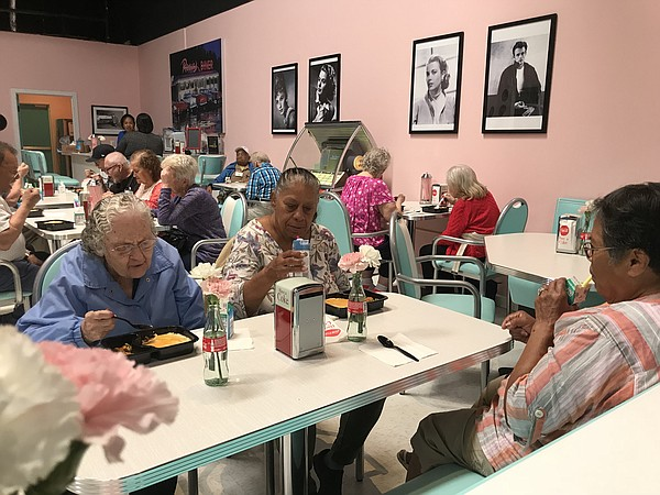 People with Alzheimer's or dementia eat lunch at Rosie's ...