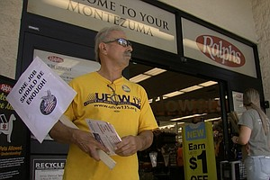 Photo for SoCal Grocery Workers Ratify Contract, Averting Potentially Costly Strike